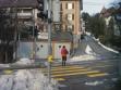 Po ulicích se příliš nechodí, jezdí se autem. Pěšky chodí hlavně turisté. Žena si myslí, že ji pronásleduji.